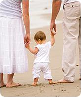 הורות - תינוק עם אמא ואבא בים